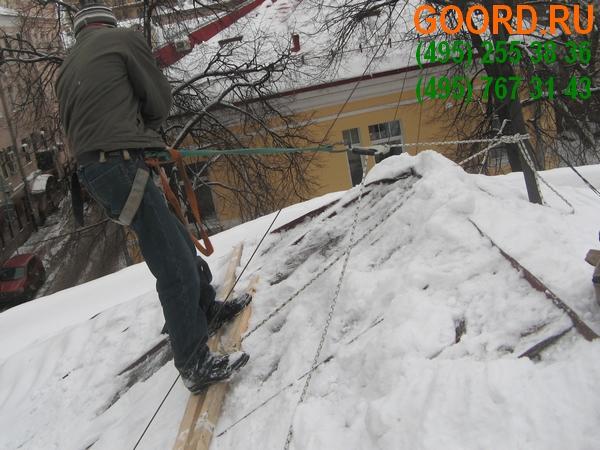 чистка кровли от снега в Москве и Подмосковье