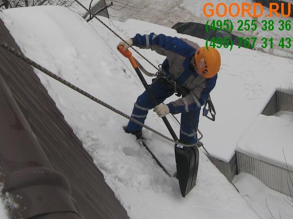 очистка кровли от снега в Москве